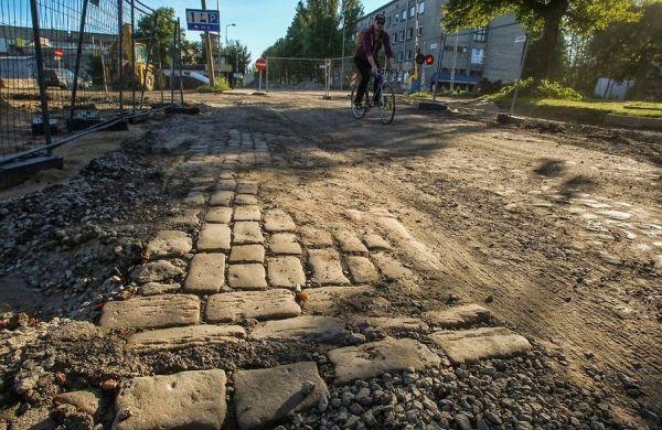 Telliskivi tänava vana sillutis, mis tuli välja tänava kapitaalremondi käigus 2013. aasta hilissuvel (Delfi foto).